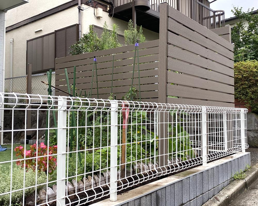 No364 目隠しと景観を兼ねたお庭周囲への人工木フェンス(DB色)設置例