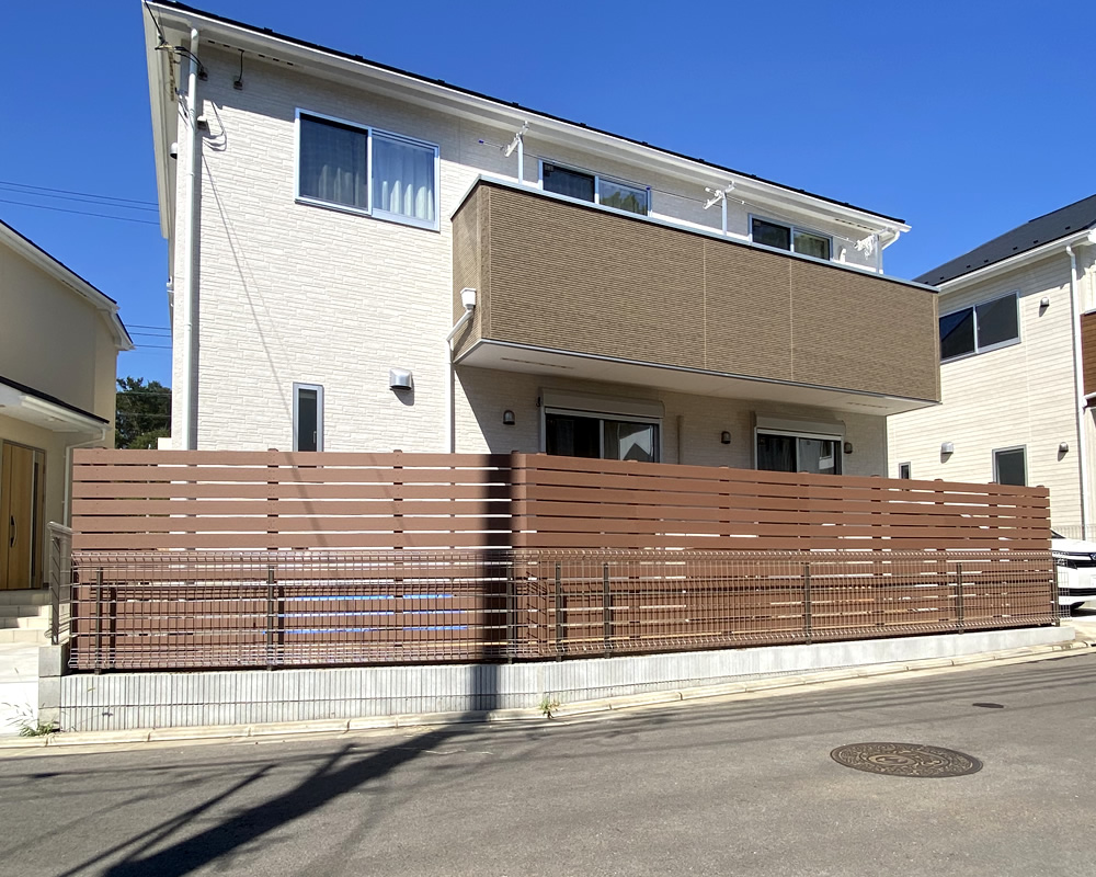 No369 新築お庭の周囲に設置した人工木ボーダーフェンス(ブラウン色)