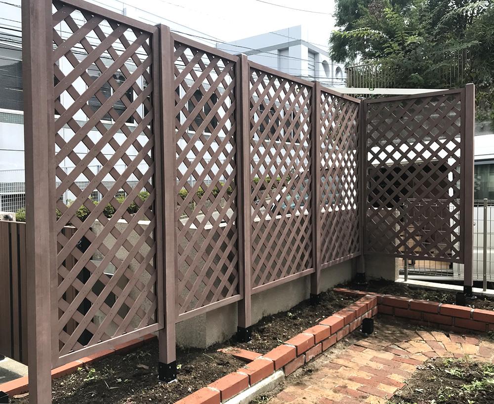 No370 花壇の周囲に設置した人工木格子ラティス(H1500mm)ブラウン色
