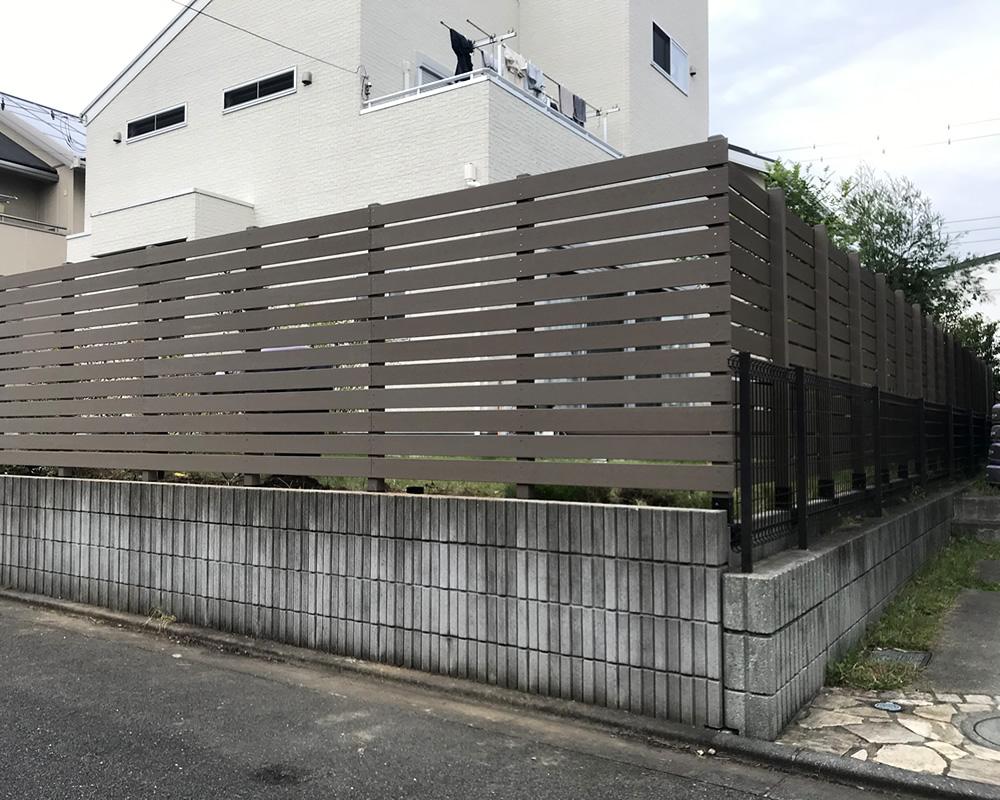 人工木横張りフェンスが完成しました!