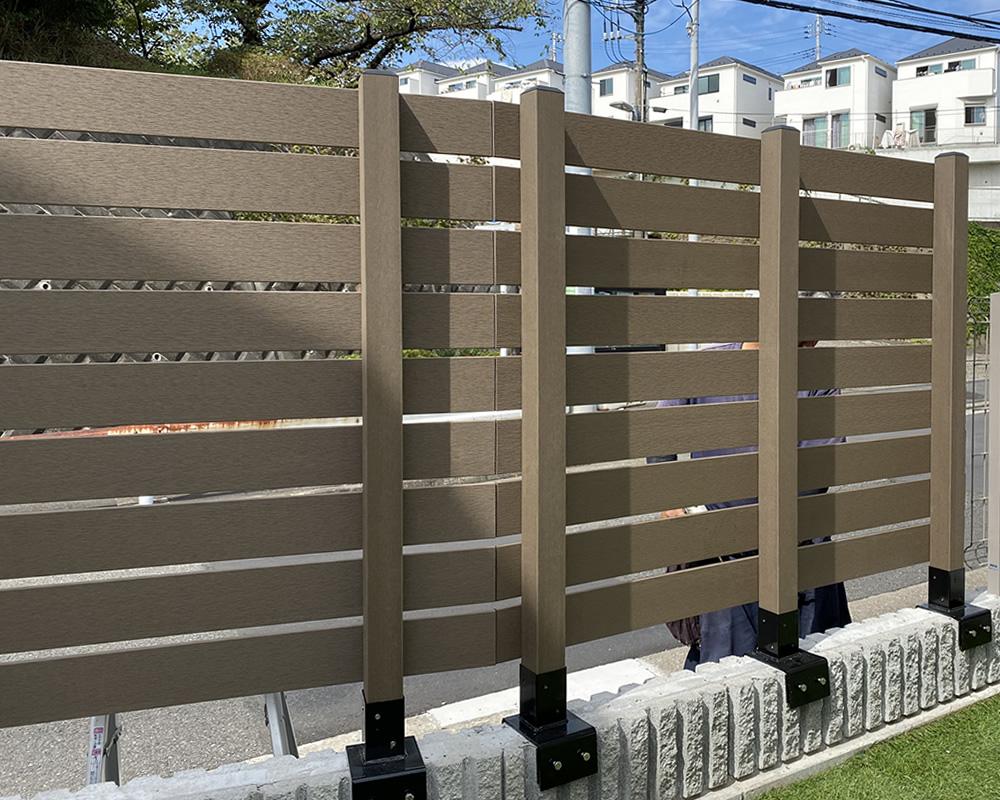 ブロックの曲がりに合わせたフェンス設置