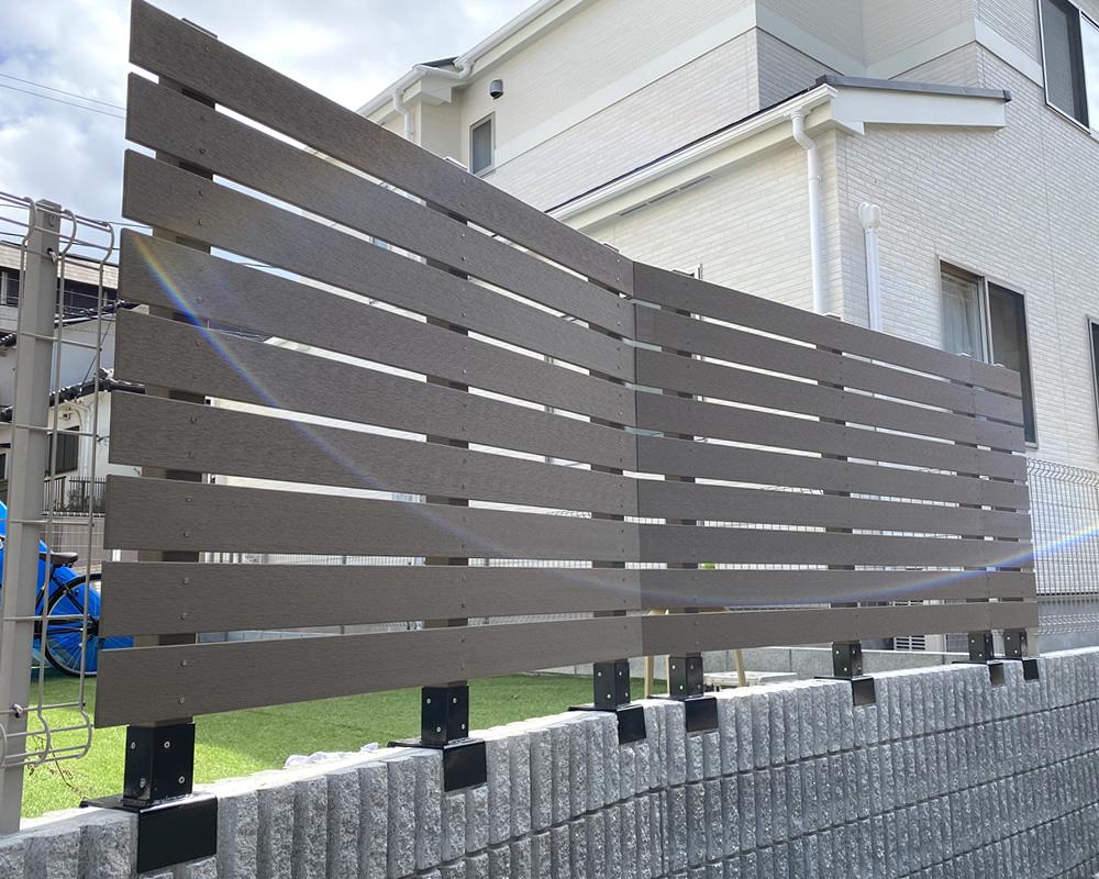 ブロック上への人工木フェンスが完成!