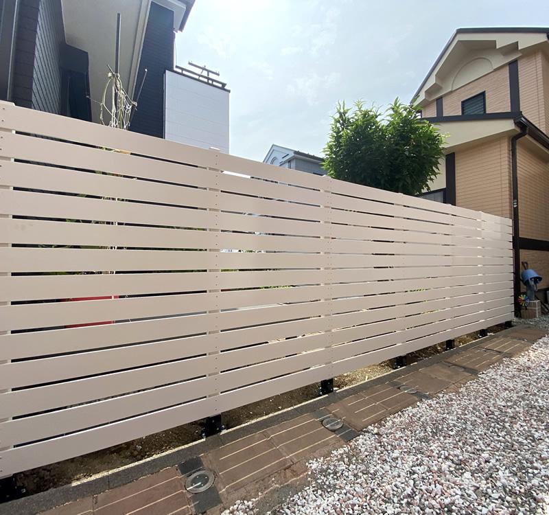 No368 お庭の周囲にL型で設置した人工木ボーダーフェンス(ホワイト色)