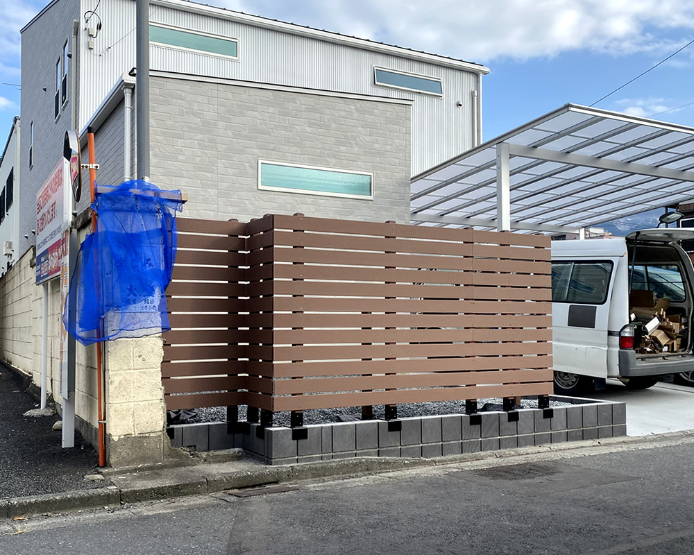 No377 お庭周りのブロック上に設置した人工木横張りフェンス(ブラウン色)