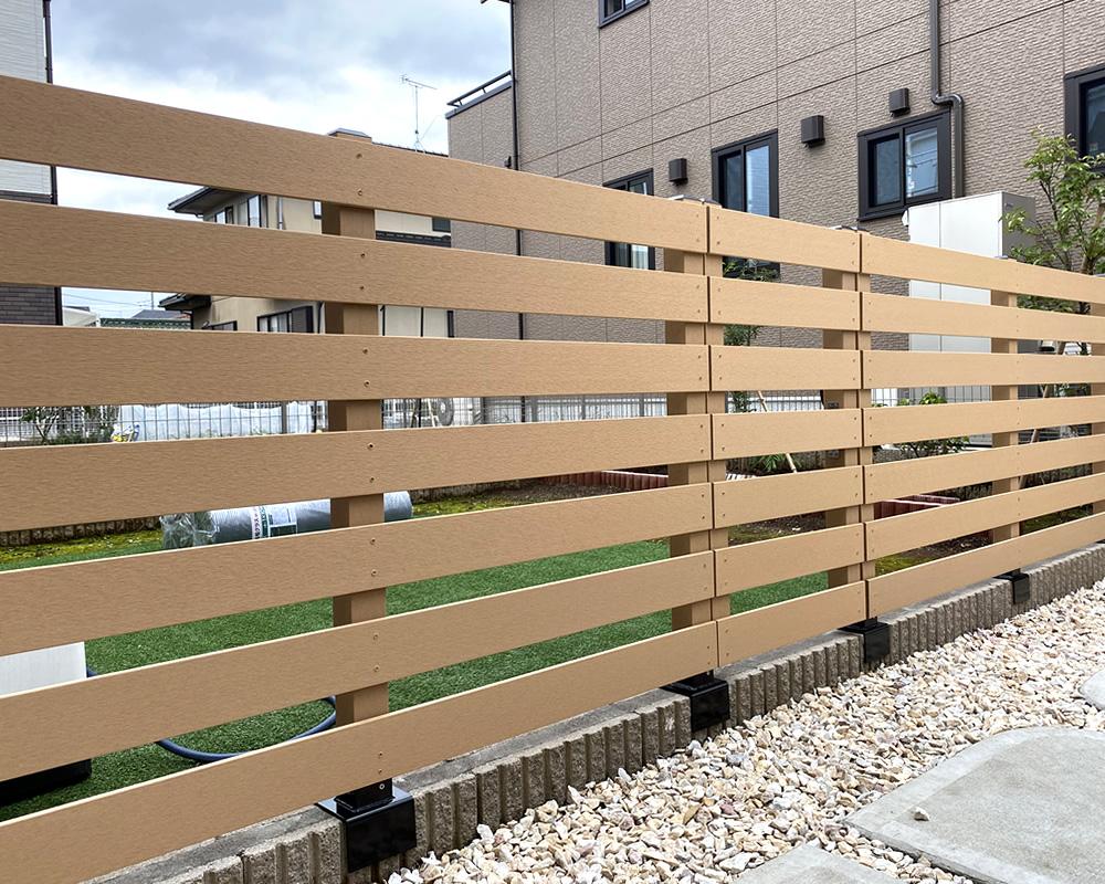 No.375 駐車場とお庭の仕切りに設置した人工木フェンス&門扉(BE)
