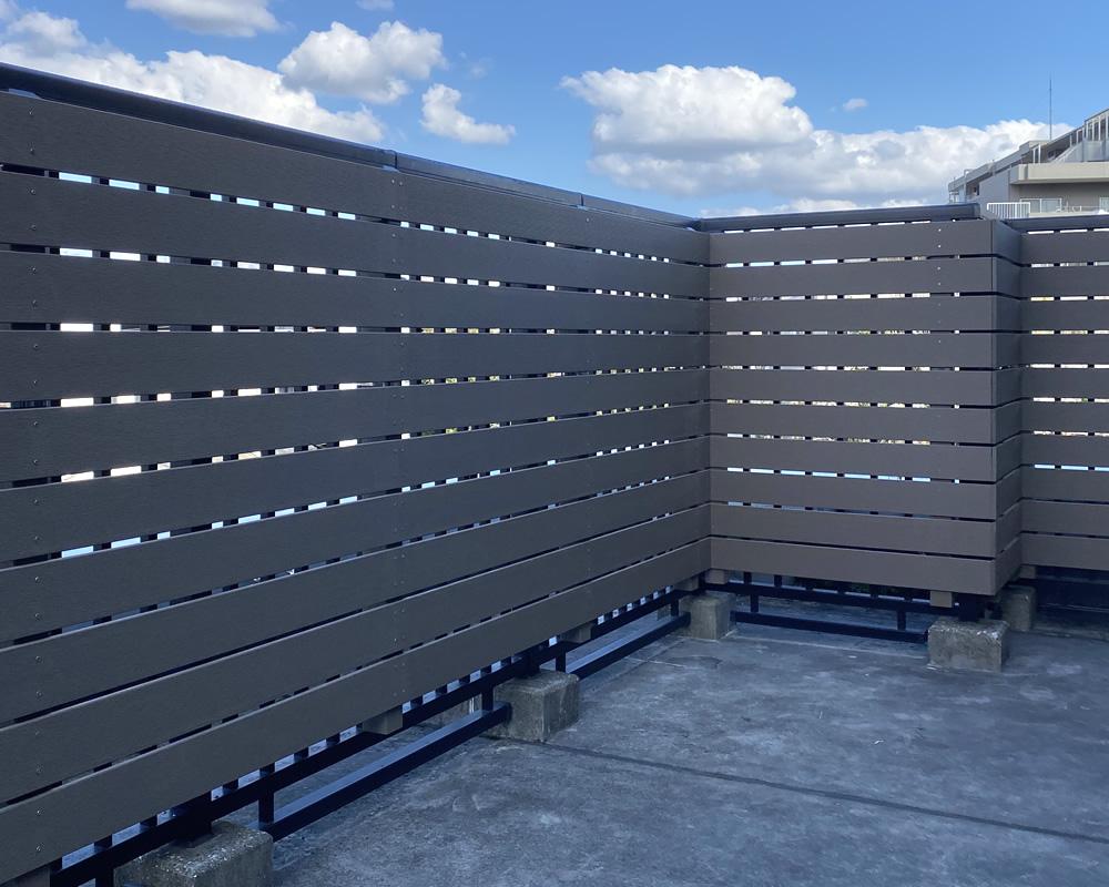 バルコニーへの人工木フェンス設置が完成!