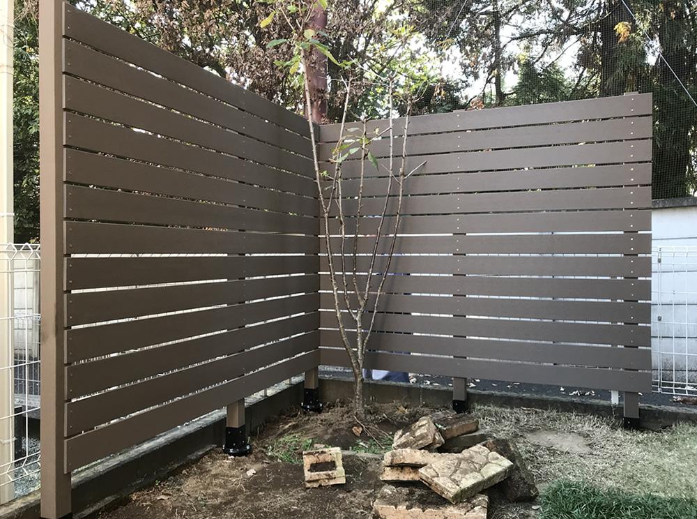 角部より人工木材の設置をしていきます。
